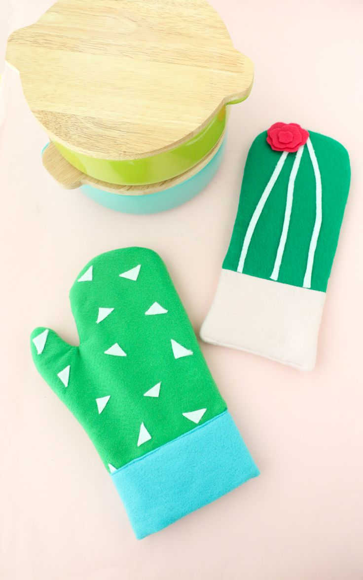 Cooking just got a lot more fun with these cactus oven mitts! This diy from @abeautifulmess_ is the perfect handmade gift… to keep for yourself! Click in to learn how to make this awesome design