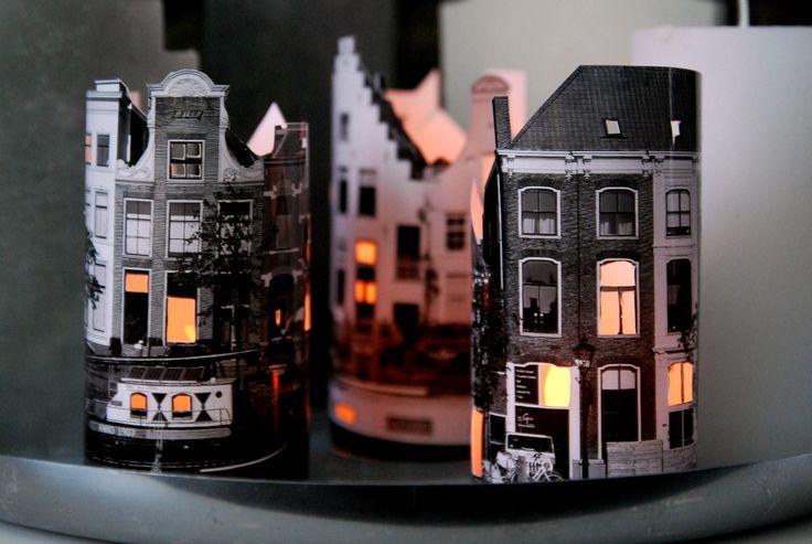 Een kaarsenhuisje van foto's. Als je je ogen een beetje dichtknijpt, zie je Sinterklaas zo over het dak lopen…