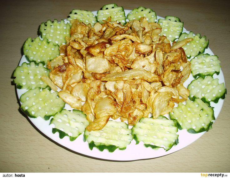 Očištěný syrový celer nakrouhejte  na struhadle na plátky a ve woku usmažte, na ubrousku nechte okapat a trochu posolte.