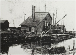 """Prentbriefkaart van het voormalige turfstrooiselfabriek van de Maatschappij """" Griendtsveen """" in de Astense Peel. Wie weet nog iets van dit fabriek?"""