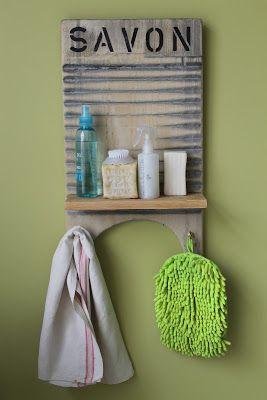 Tabla de lavar reciclada con estante y ganchos percheros. Tiene detalle de palabra estampada. Ideal para organizar el lavadero o baño....