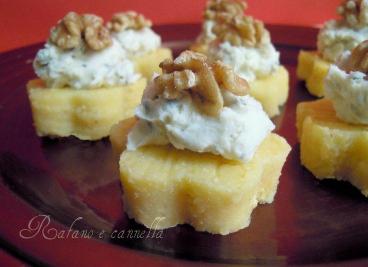 La ricetta di oggi è un antipasto diverso dal solito, più sfizioso: fiori di polenta con gorgonzola e noci. Buoni anche per un aperitivo o per un buffet.