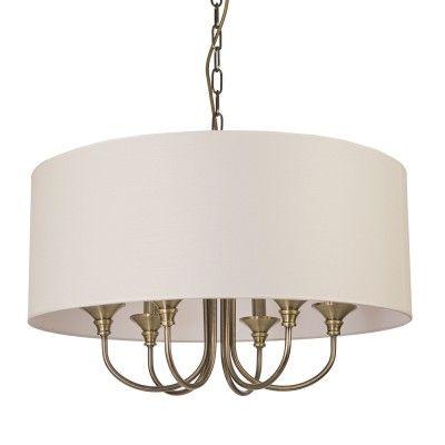 Lampa wisząca ABU DHABI P06871WH  Ta lampa z serii ABU DHABI to wzorowa reprezentantka klasycznej wersji amerykańskiego designu w stylu Hampton i New York Classic. Lampa jest utrzymana w kolorystyce odpowiedniej dla stylu nowojorskiego: stali mosiądzowanej i złamanej bieli. Tradycyjny kształt, idealne proporcje, subtelne, a zarazem przykuwające oko ozdobniki oraz idealne wykończenia. ABU DHABI to doskonałe oświetlenie dekoracyjne do Twojego salonu, jadalni lub sypialni.