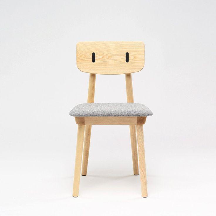 Clip, un scaun de dining din frasin cu șezut tapițat – Intro