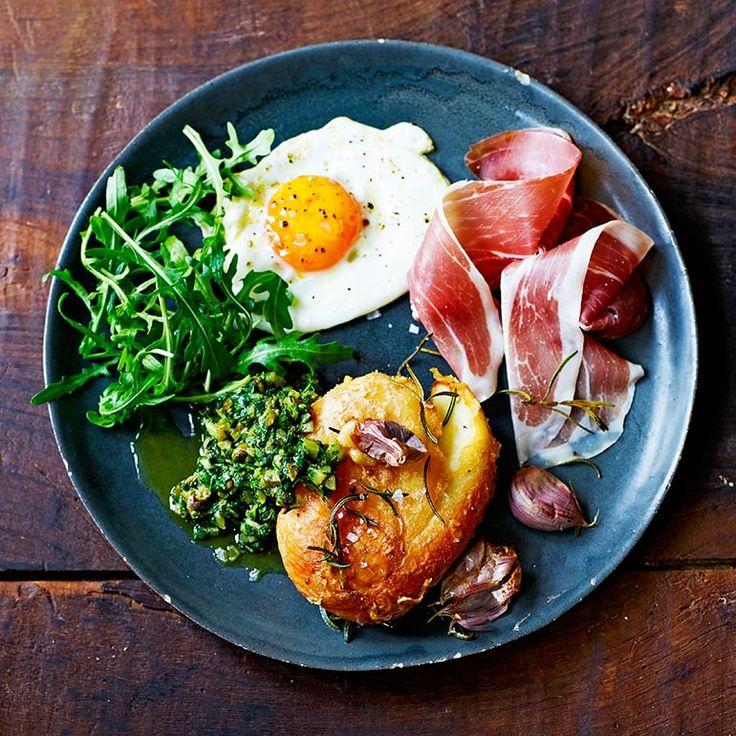 Ovengebakken aardappels verdieneneen prominente plek op je bord. Hierzijn Hollandse piepers gecombineerdmet een simpel eitje en prosciutto.    1 Verwarm de oven voor op 190 °C. Doede aardappels in een pan met ruimkoud...