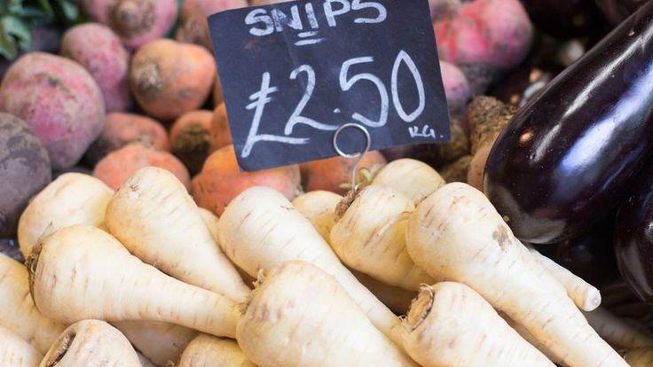 """Platz 5: Vereinigtes Königreich Großbritannien  Natürlich isst man in England auch mal """"Fish and Chips"""", aber die Engländer achten immer mehr auf ihre Ernährung. Weg von Fertigprodukten und verarbeiteten Lebensmitteln, hin zu lokalen und saisonalen Zutaten. Beispielsweise im Winter. Dort gibt es auf dem Markt Wintergemüse zu kaufen wie Kohlrüben, Petersilienwurzeln oder Rosenkohl, die überall im Land wachsen. Sie sind reich an Vitamin C und enthalten wertvolle Ballaststoffe."""