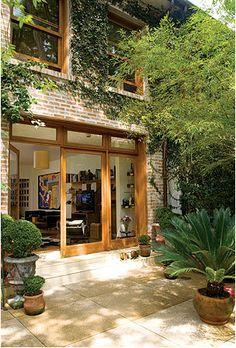 A iluminação natural e o verde à vista complementam a parede descascada  Arquivo / Casa e Jardim