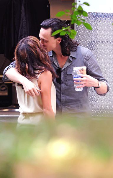 tom hiddleston girlfriend | My point is that girl that Tom he is kissing wasn't his girlfriend ...