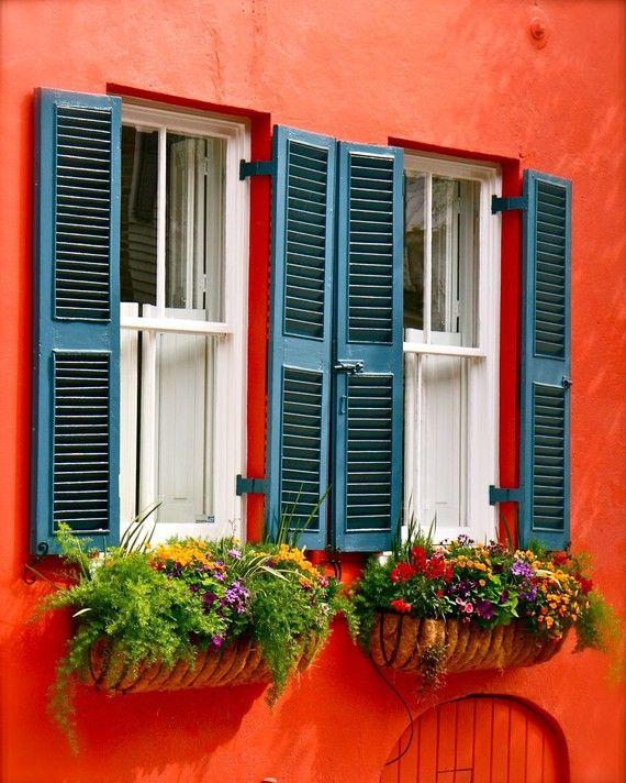 élénk narancsszínű ház, színes virágokkal