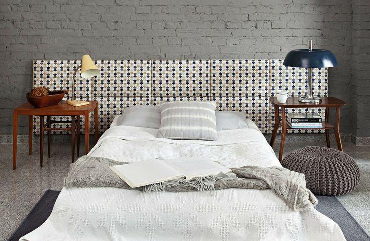 Cegła pomalowana na jednolity kolor tworzy ciekawe tło dla tapicerowanego zagłówka. Fot. Made For Bed