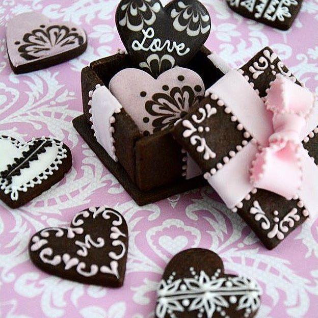 サクサク!チョコレートクッキーに、ベリーのアイシングで作る、 天然の色素で作るアイシングクッキー・シーズナルレッスンのお知らせです! Cookie Box を作り、その中にハートのチョコレートクッキーを詰めて持ち帰り💘 クッキーで作るBOXを完成度高く美しく作るコツをご習得いただきますよ! さらにシュガーペーストで作るおリボンの作り方をご習得いただきます。 このクラスは単発受講可能、初心者の方からご参加いただけます。 皆様のお越しを心よりお待ちしております! 【日 程】 1/26(木)11:00〜13:30 1/27(金)11:00〜13:30 1/28(土)10:00〜13:00、14:30〜17:30 #天然色素 #アイシングクッキー #バレンタイン #クッキー #手作りスイーツ #おやつ #ティータイム #お菓子教室 #cookies #chocolate #royalicing #icingcookies #chocolat #patisserie #valentine #misakosweets