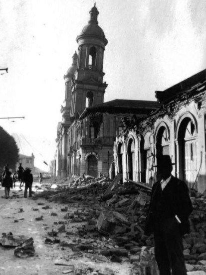 Terremoto Concepción 1939.  Totalmente inclinadas quedaron las torres de la Catedral de Concepción, consecuencia del Terremoto de 1939 y razón por la cual se debió demoler.  Autor desconocido.  - EnterrenoEnterreno