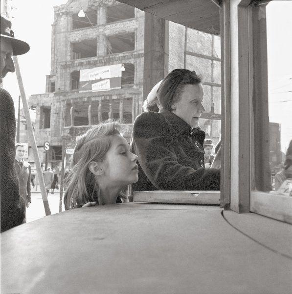 Das Wirtschaftswunder beginnt: Was sich in diesem Schaufenster wohl Spannendes verbirgt? Neugierig reckt das Mädchen den Hals, um einen Blick in die Vitrine vor dem Pschorr-Haus am Potsdamer Platz 3 zu werfen.