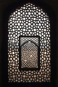 situated: India, Delhi: Questa finestra appartiene ad un antico edificio, il complesso tomba di Ali Khan niazi Isa che si trova accanto alla tomba di Humayun, la tomba di Humayun viene etichettato come un sito del patrimonio mondiale Archivio Fotografico