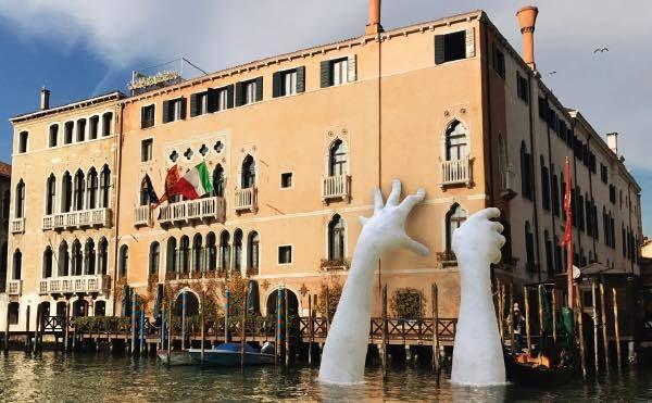 Lorenzo Quinn. Biennale di Venezia 2017. Quinn, par cette oeuvre, interpelle sur les conséquences du réchauffement climatique.