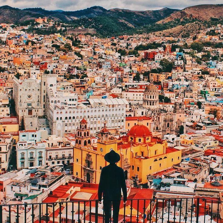 """メキシコにある「グアナファト」です。メキシコで一番美しい街と言われるグアナファトには、""""王冠の中の宝石""""と称されるほど美しい街並みが広がっています。"""