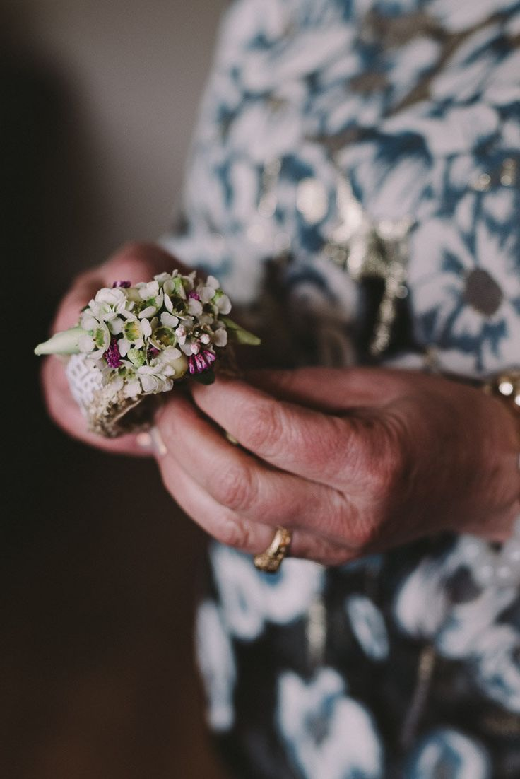 INNA Studio_kwiaty na ślub / bransoletka kwiatowa / detal ślubny / fot. Julia Wojciechowska Fotografia