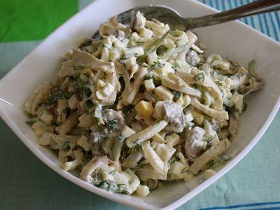 Салат из кальмаров с яйцами и зеленым горошком