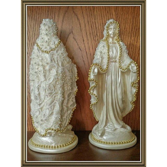 Nossa Senhora das Graças, em gesso e manto revestido em renda griper e detalhes em pérolas, com 26 cm de altura.
