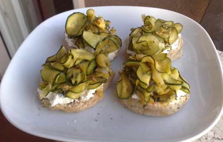 Friselle con zucchine e salsa di ricotta