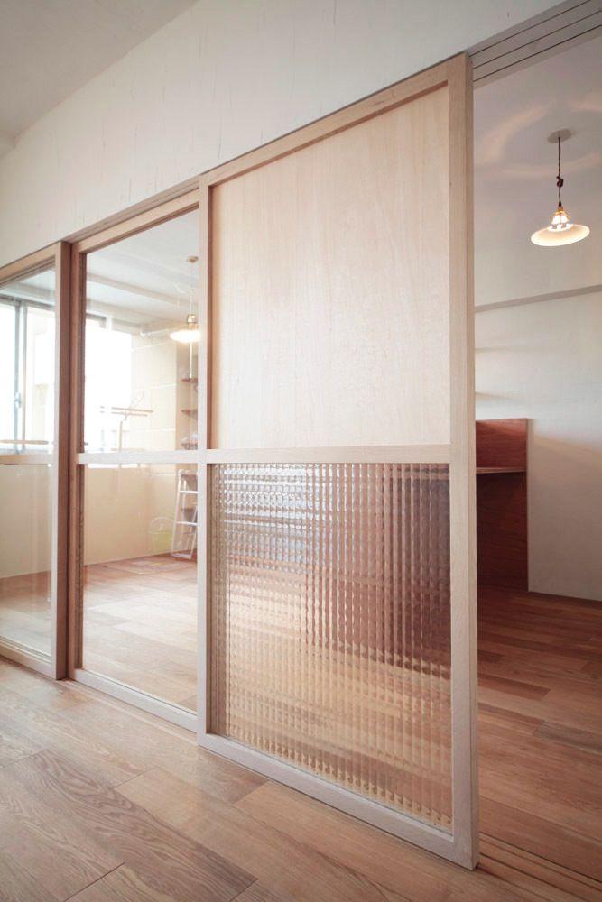 サイズオーダー可能なガラス建具 こちらは標準の無塗装品。シナ合板(上)と型板ガラス(下)。透明度を変えられる Photo:HATTA