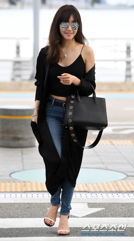 SNSD's Tiffany is off to Singapore!