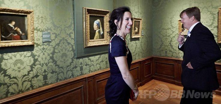 マウリッツハイス(Mauritshuis)美術館で絵画を鑑賞するウィレム・アレクサンダー(Willem-Alexander)オランダ国王とエミリー・ゴーデンカー(Emilie Gordenker)館長(2014年6月27日撮影)。(c)AFP/ANP/MARTIJN BEEKMAN ▼28Jun2014AFP 「真珠の耳飾りの少女」の美術館、改装終了で再オープン http://www.afpbb.com/articles/-/3019059 #Mauritshuis #Willem_Alexander #Emilie_Gordenker