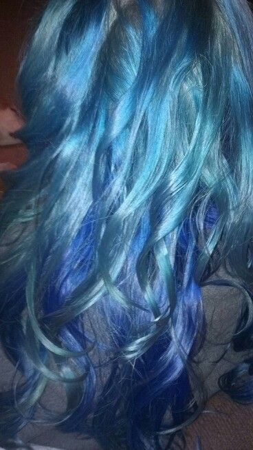 Shelby 2015  Manic panic automic turquois with Vivids royal blue underneath....over prelightened blonde