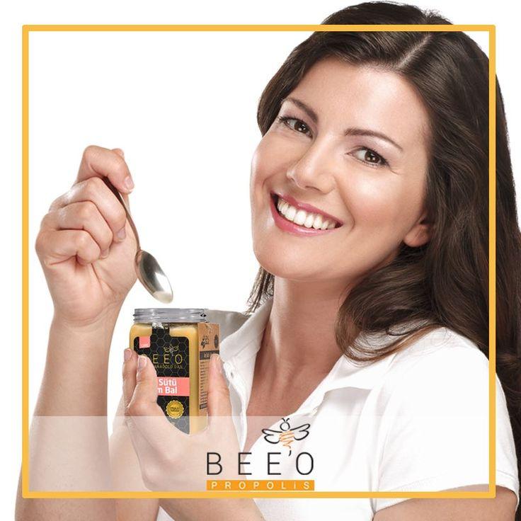 Bee'o Arı Sütü Ham Bal karışımı ile yepyeni bir haftaya dinç ve zinde bir başlangıç yapmaya ne dersiniz? Yapılan bilimsel çalışmalarda düzenli arı sütü tüketiminin enerji ve zindelik verici ayrıca ciltte kolajen sentezini arttırıcı etkilerinin olduğu kanıtlanmıştır. Siz de her sabah aç karnına 1 tatlı kaşığı tüketerek ve haftada 3 kez cildinize maske şeklinde uygulayarak farkı hissedebilirsiniz!