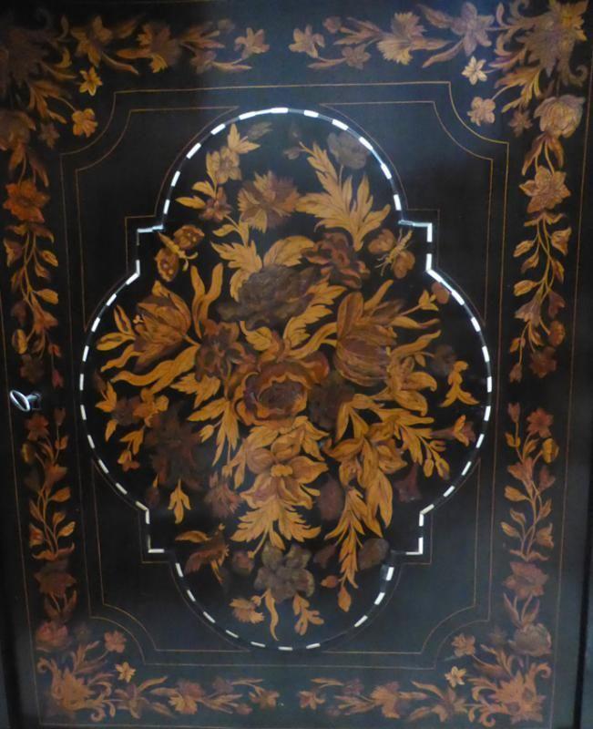 Наполеон III периода шкафа из черного дерева с цветочным маркетри и инкрустация костью. Мраморный топ. В составе ящика, дверь и три внутренних полки  Longueur : 85 Вальяжностью : 104 Profondeur : 43 Эпоха : 19 век  Цена 2600 €