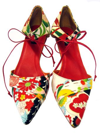 Hetty Rose creates bespoke shoes from vintage Japanese kimono fabrics!  *Glorious*  This model is called SAYA.