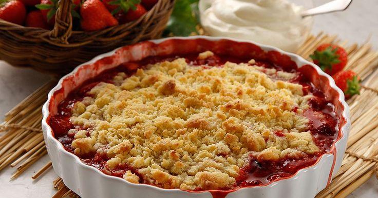 Ljuvlig smulpaj med jordgubbar i fyllningen. Servera den ljummen med fluffig, vispad grädde.