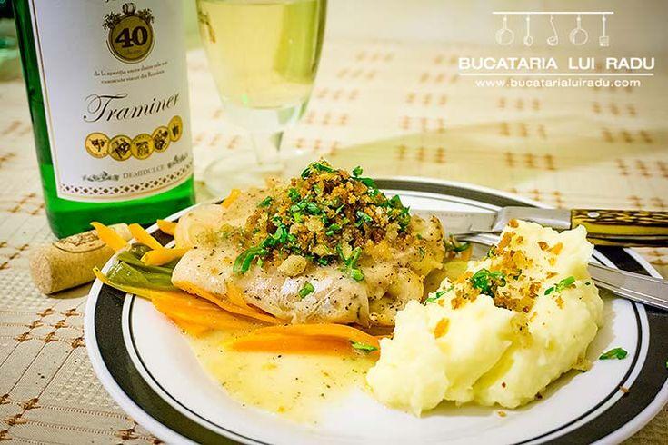 O reteta festiva de salau la cuptor cu legume. Sos instant de vin alb cu file de salau la cuptor si legume, o reteta usoara si foarte gustoasa.