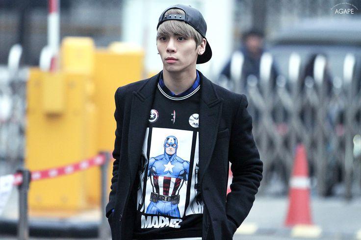 150116 Jonghyun по пути на Music Bank Full:http://i.imgur.com/rMUaBfK.jpg