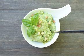 Egal ob zu Gnocchis, Pasta, Kartoffel-Nockeln oder als Beilage zu Fisch & Fleisch - dieses Brokkoli-Pesto ist eine Sensation.