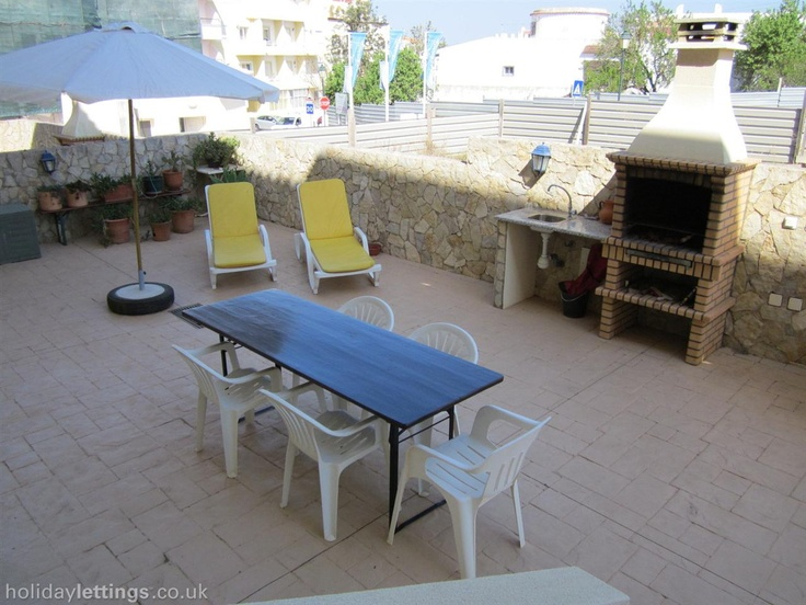 2 bedroom apartment in Ferragudo to rent from £350 pw. With balcony/terrace, log fire, TV and DVD.