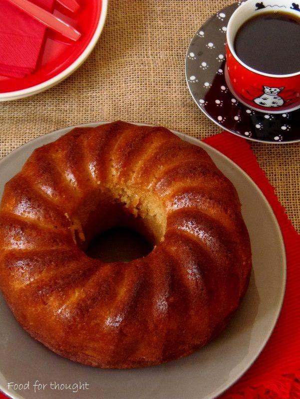 Κέικ καρότου πανεύκολο.  http://laxtaristessyntages.blogspot.gr/2015/02/keik-karotou-paneykolo.html