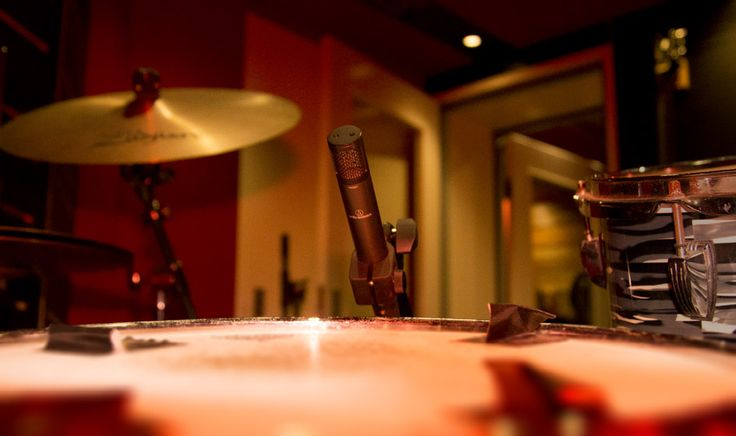 best snare mic http://enmoreaudio.com/sharp-attack-and-complex-decay-understanding-the-basics-of-snare-drum-miking/