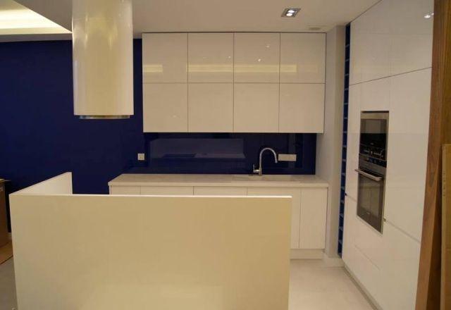 Fot. Kuchnia z niebieskim szkłem Lacobel nad blatem (fronty pokryte lakierem w połysku), Nataly Design, www.nataly.pl
