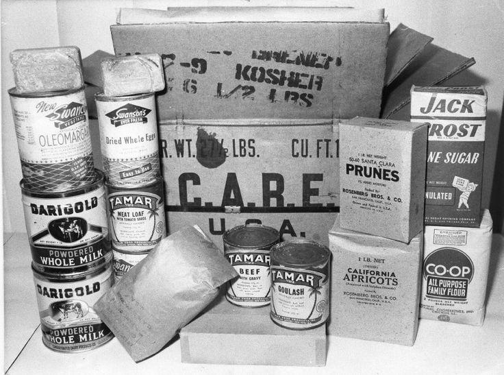 """Paradies in Dosen:  Um die Not in Europa zu lindern, wurde 1945 die US-Hilfsorganisation Care (""""Cooperative for American Remittances to Europe"""") gegründet. Die ersten Care-Pakete erreichten Deutschland im Sommer 1946. Die 40.000-Kalorien-Kisten enthielten Büchsenfleisch, Fett in Dosen, Kekse, Kakao, Zigaretten und Schokolade. Das Foto zeigt den Inhalt eines Care-Paketes, das 1946 nach Berlin geschickt worden war - man fand es 1980 bei einer Wohnungsauflösung. Insgesamt wurden ..."""