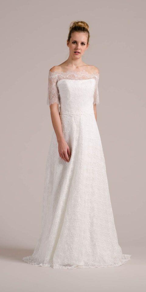 Sue, das Hochzeitskleid trägerlos mit dem eng anliegenden Bolero J-1022 aus französischer Spitze.