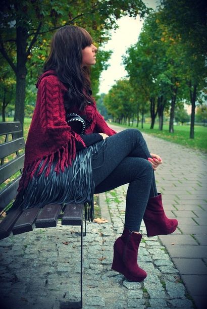 Stylizacja Sylvianny to idealna propozycja na nadchodzącą jesień. Połączenie grubego, bordowego poncza z botkami w tym samym kolorze i czarną torebką z frędzlami to strzał w 10! Blogerka wygląda fenomenalnie!