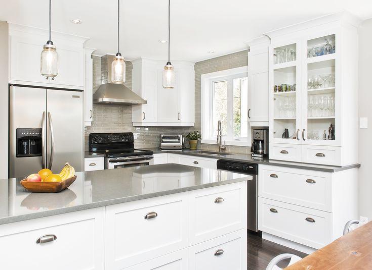 """La transitionnelle. Les panneaux de style """"Shaker"""" et ses poignées donnent à cette cuisine un aspect plutôt classique et sa couleur blanche et ses comptoirs gris donnent un aspect plus contemporain."""