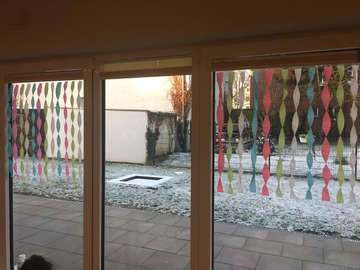 Krepppapier bunt Deko Fenster selfmade diy eindrehen Kita Kids Karneval Fasching