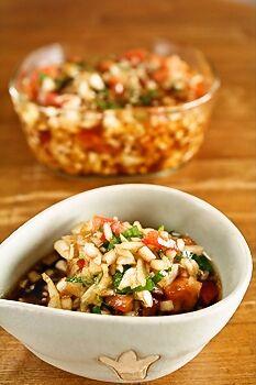 作り置きレシピ♪万能ドレッシングの食べる玉ねぎ中華ドレッシングです。 これさえあれば、お豆腐にのせたり、素麺つゆに混ぜ合わせてもOK、野菜のソースにも、お肉やお魚のソースにもなりますよ! 豚しゃぶサラダなんかにのせちゃったりしたら、大喜び! 食べる玉ねぎドレッシングレシピ ★玉ねぎ・・・1個(みじん切りにする) ★トマト・・・1個(みじん切り程度に小さくカット) ★フレッシュハーブ・・・小さじ1(イタリアンパセリ、バジルなどみじん切り) ★酢・・・50cc ★醤油・・・50cc ★ごま油・・・大さじ2程度 ★砂糖・・・適量(好みで小さじ1程度) 材料★をすべて混ぜ合わせる。 味がなじんだら出来上がり。