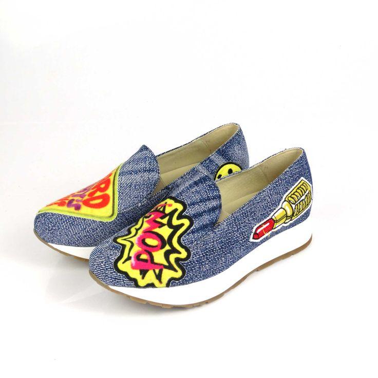 Pantofii de dama Mineli Label Jeanssunt realizați din material textilîn cea mai cool textură a sezonului: denim-ul, și sunt stilizați cuetichete pop-art atașate.