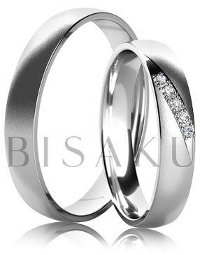 K24 Nádherné, až éterické snubní prstýnky, které vaše prsty pomyslně zahalí do saténově hebkého bílého zlata. Klidnou hladinu matného povrchu u dámského prstenu čeří čtyři menší kamínky v elegantní lince. Až si je vyzkoušíte, budete okouzleni. #bisaku #wedding #rings #engagement #svatba #snubni #prsteny