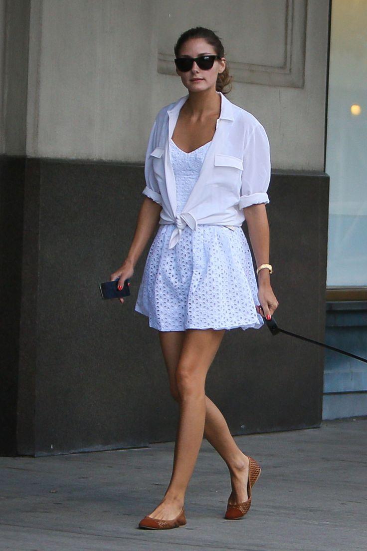 Un dulce vestido blanco de Ani Lee destaca sobre las grises calles de NYC. La camisa masculina anudada al estilo de los años 50's le da un encantador toque Grease al look de Olivia.