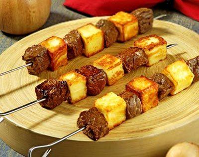Espetinhos de carne com queijo na frigideira