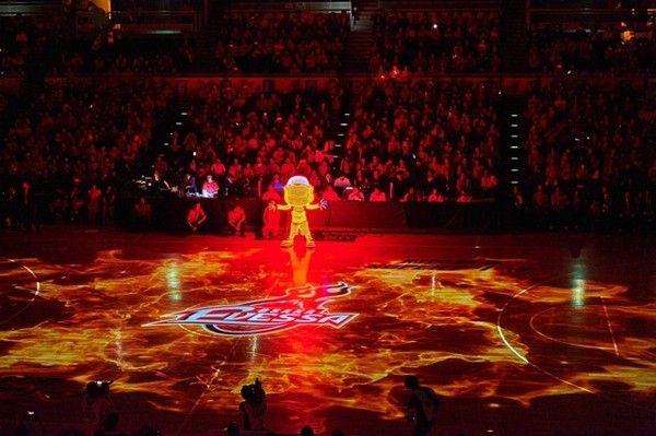 大阪エヴェッサが力を入れる演出テーマのひとつが「光」。試合開始直前にはプロジェクションマッピングでコート内に炎を表現した